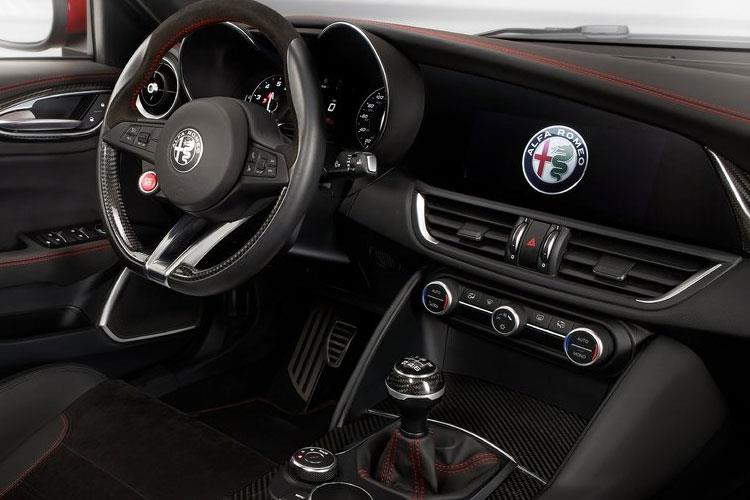 Alfa Romeo Giulia Saloon 2.0 T 200PS Lusso Ti 4Dr Auto [Start Stop] inside view